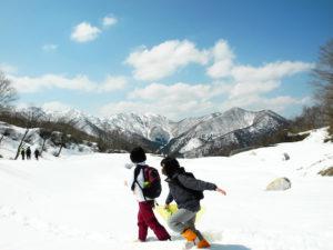 巻機山のふもとまでハイキング。山に囲まれた絶景の中を歩きます。